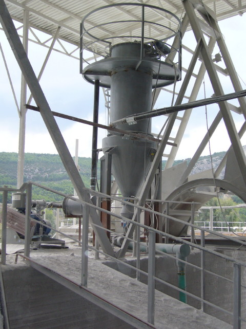 Central vacuum filter in lime kiln