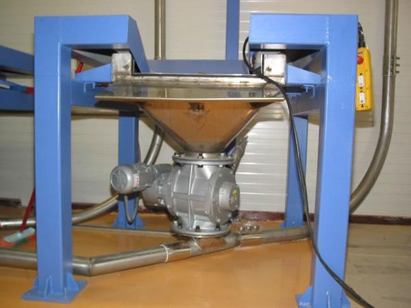 Εκσακιστική μηχανή για big-bags και σάκους με σύστημα αερομεταφοράς για το γέμισμα σιλό.