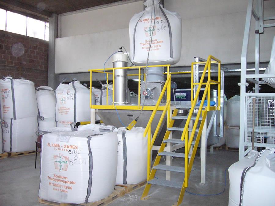 Δοχείο εκσάκκισης μεγάλων σάκων (big bags) με ενσωματωμένο σπαστήρα και φίλτρο για αερομεταφορά σκόνης στην βιομηχανία απορρυπαντικών.